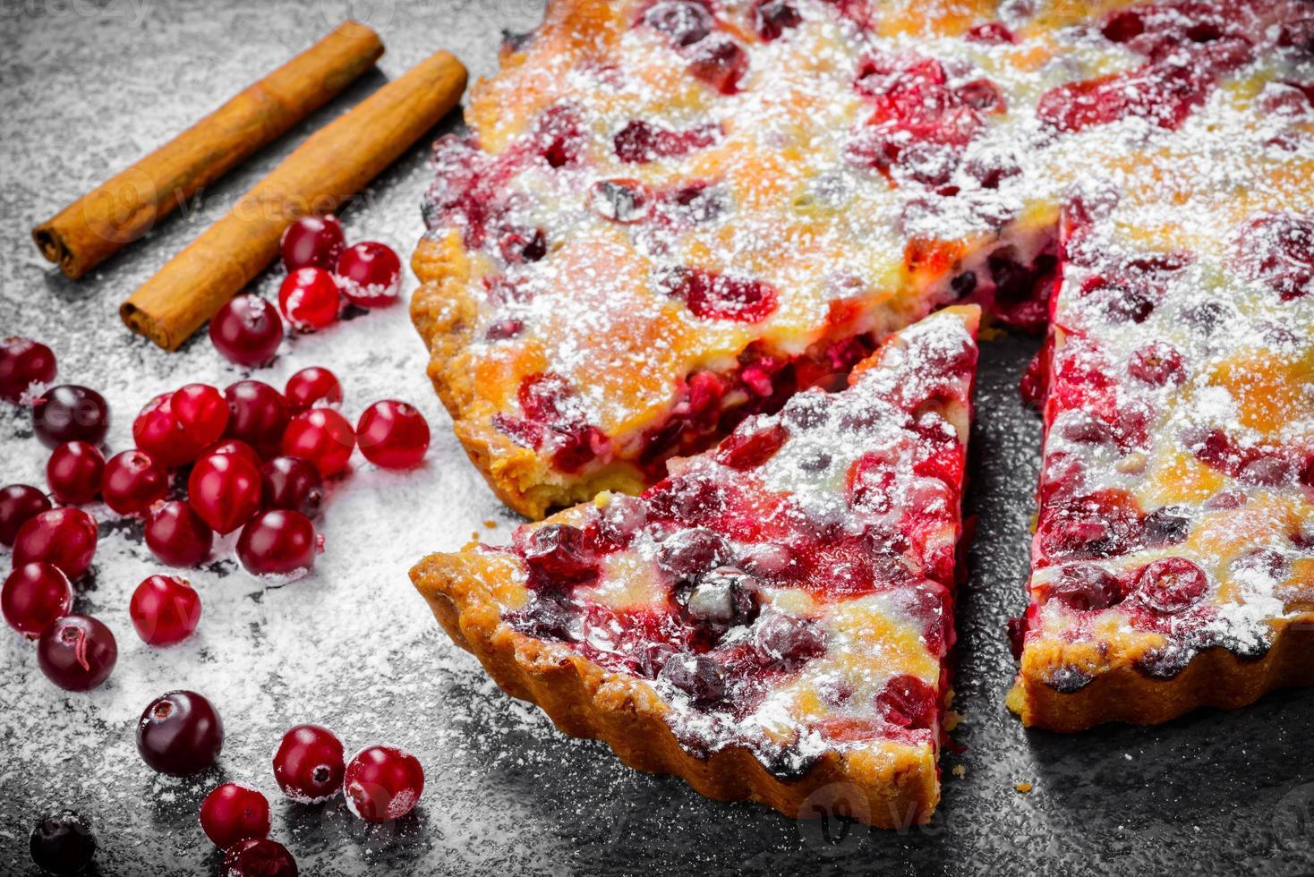 torta del mirtillo rosso del primo piano su fondo grigio foto