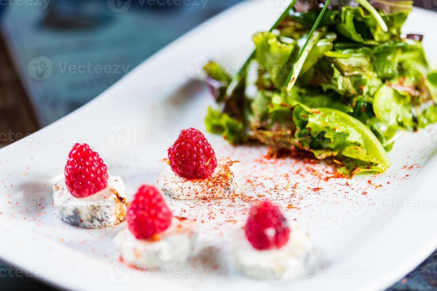 insalata fresca con formaggio di capra e lampone. foto