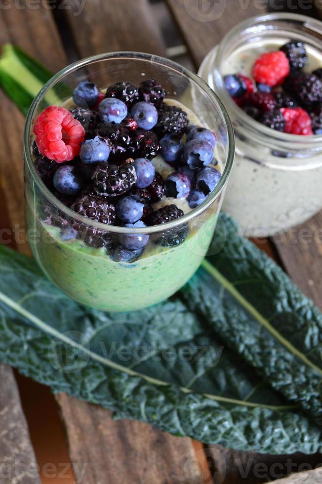 frullato verde con mirtilli. cibo salutare foto
