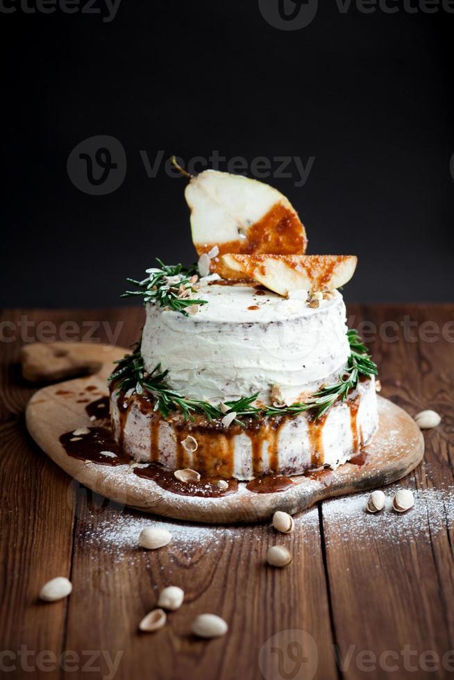 dessert decorato con frutta e caramello su legno foto