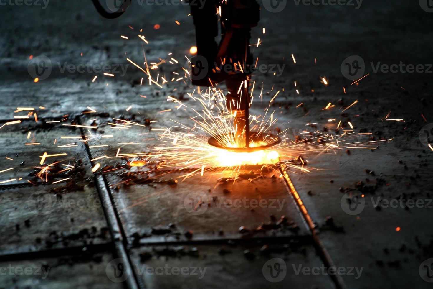 taglio laser industriale di metallo con scintille foto