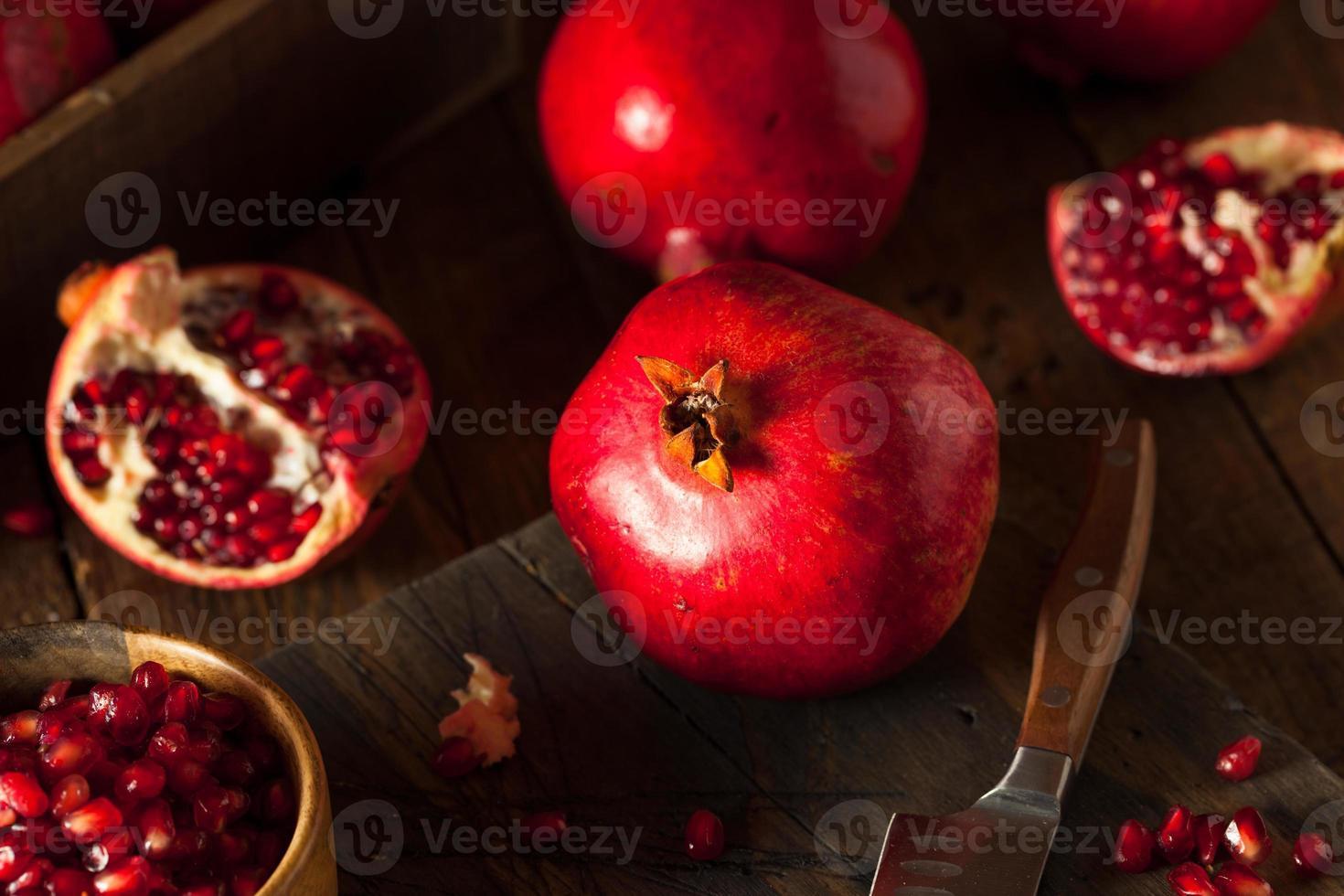 melograni rossi biologici crudi foto