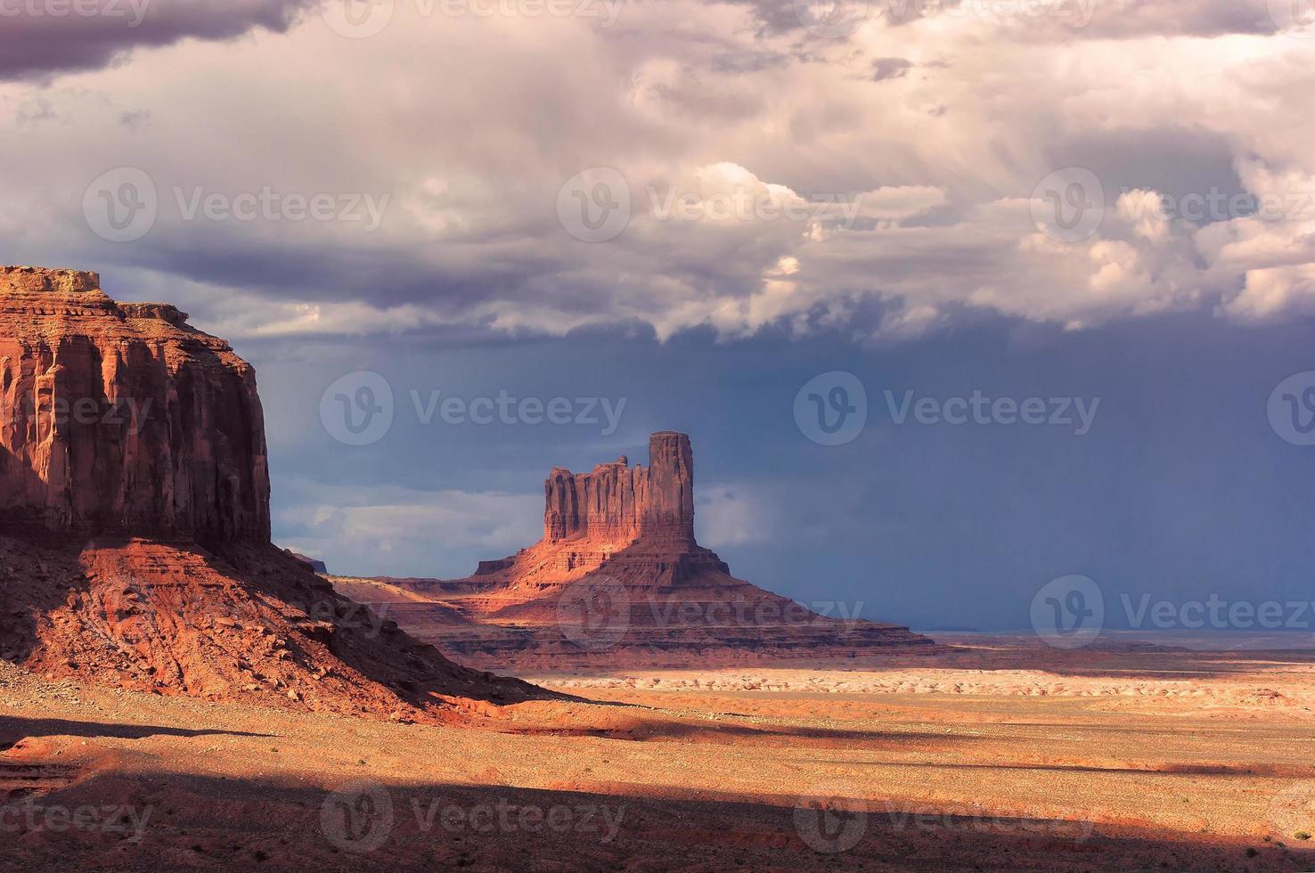 nuvole temporalesche sopra la valle del monumento al tramonto, Arizona foto