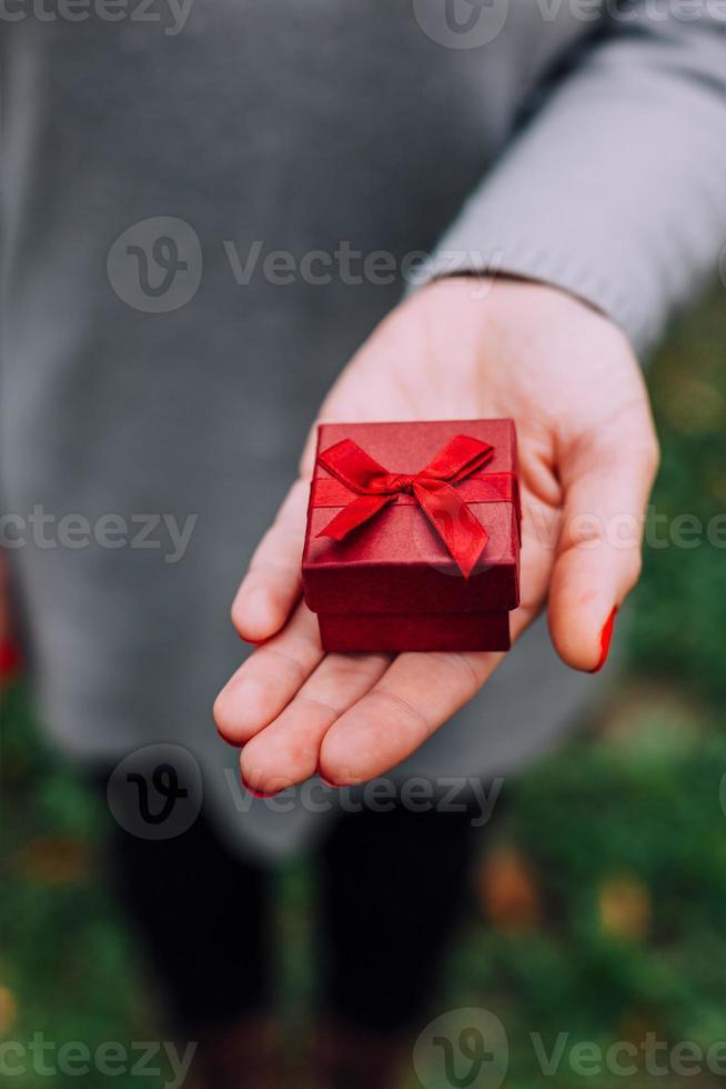 donna con regalo per San Valentino foto