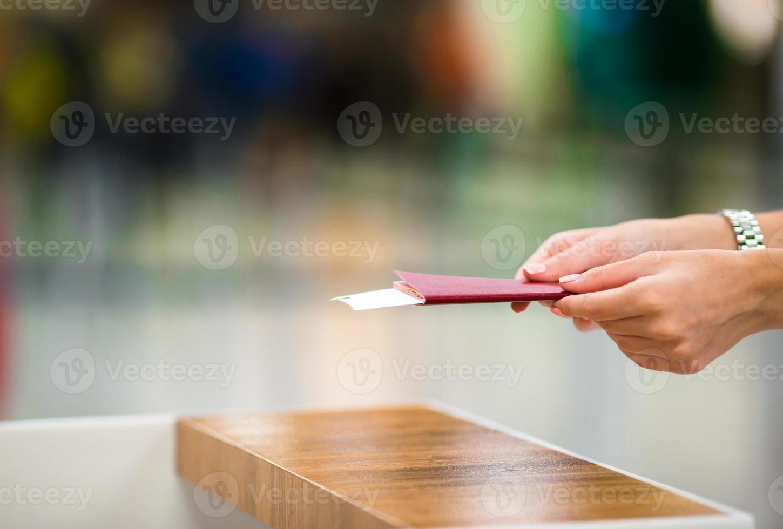 passaporti e carta d'imbarco del primo piano all'aeroporto dell'interno foto