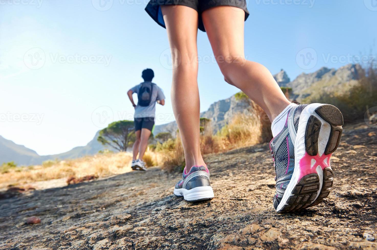piedi che corrono all'aperto foto