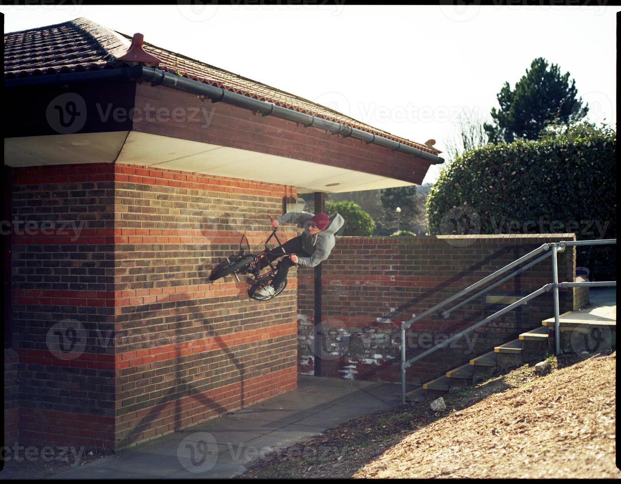 divario dalle scale al wallride sulla ferrovia - sport estremi foto