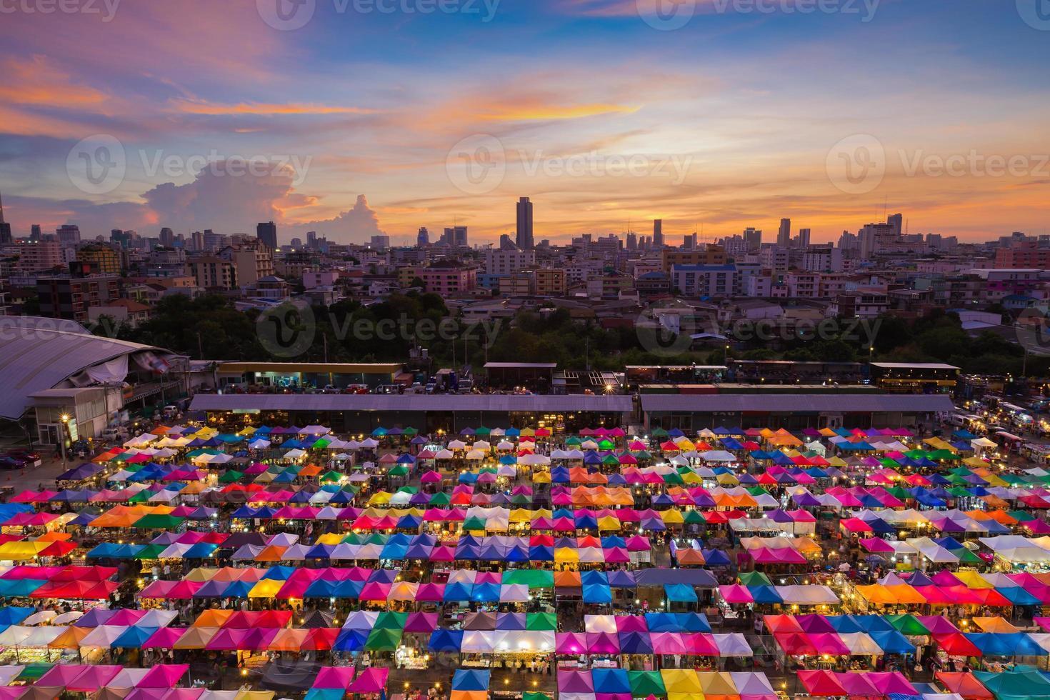 vista aerea del mercato delle pulci di Bangkok foto