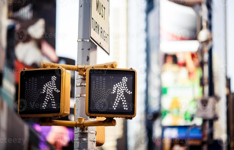 continua a camminare il segnale stradale di New York foto