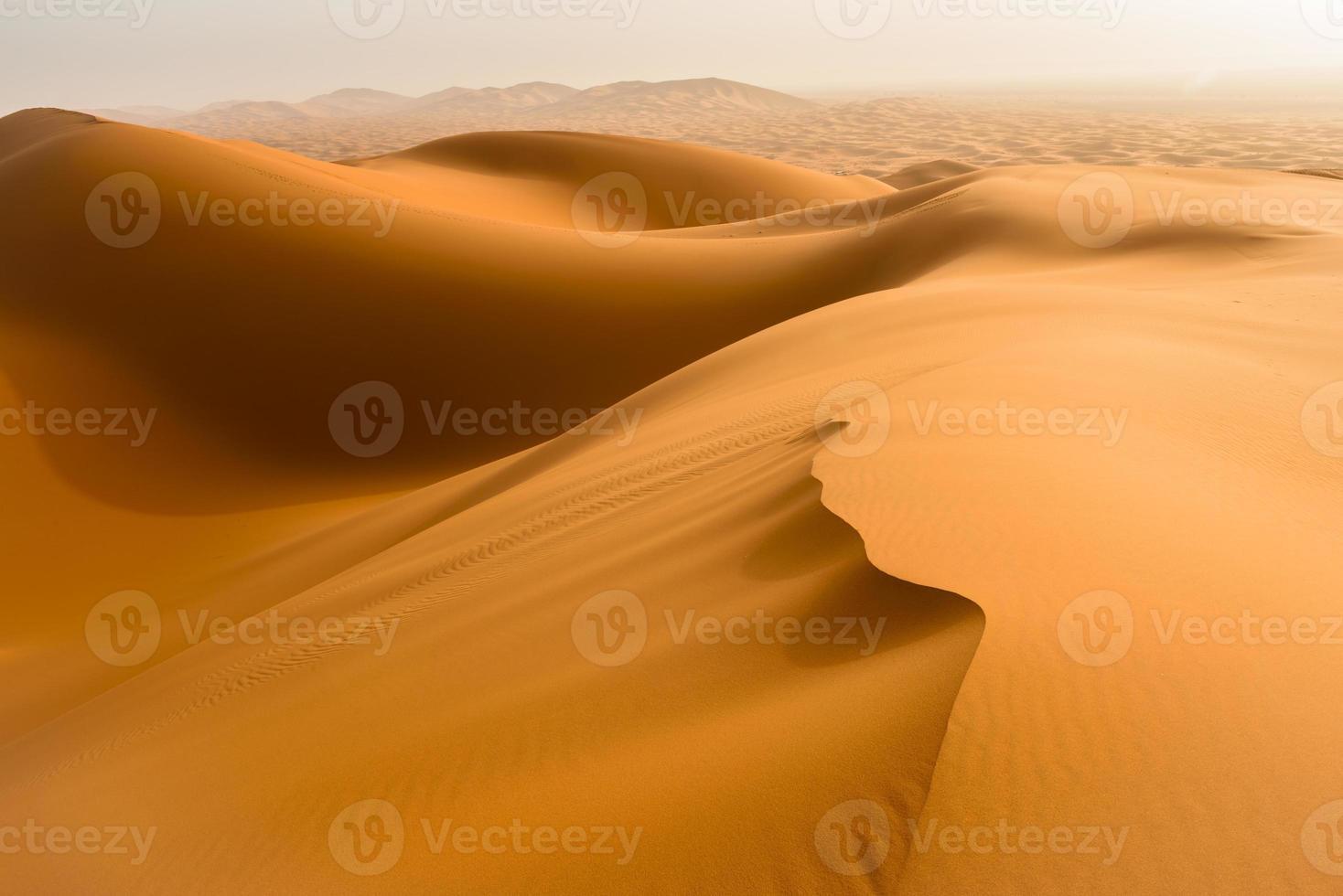 dune di sabbia nel deserto del sahara, merzouga, marocco foto