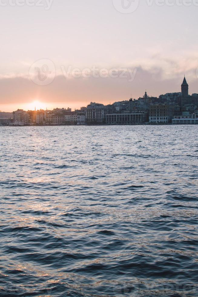 Turchia, Istanbul, vista su Beyoglu e Galata Tower, tramonto foto
