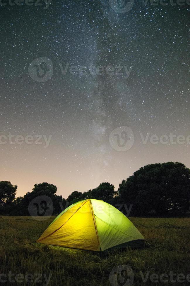 acampando bajo las estrellas foto
