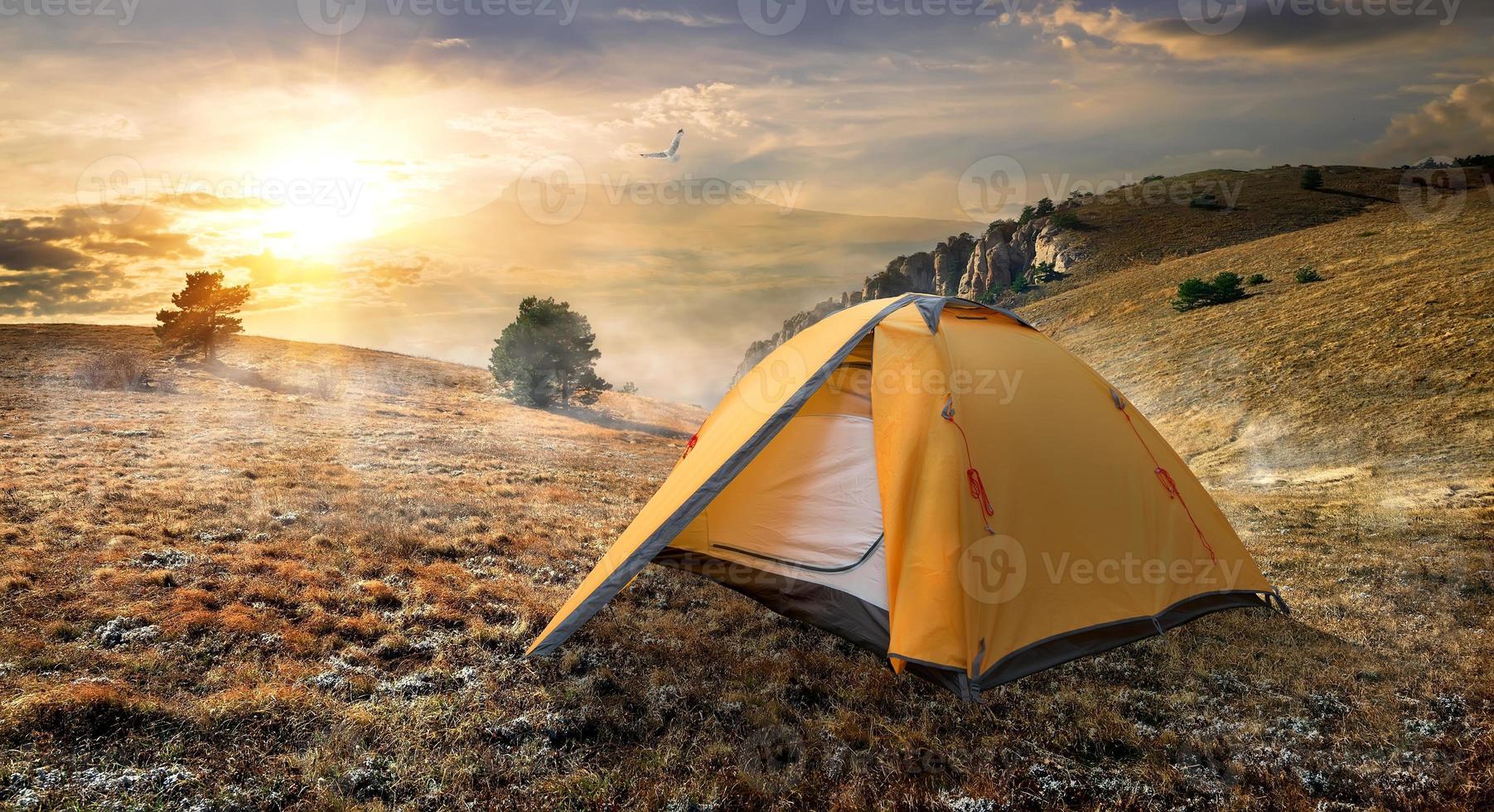 tenda sulla montagna foto