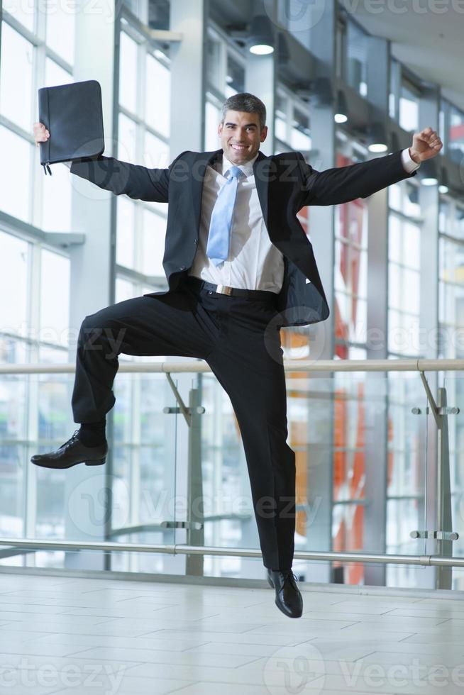 uomo d'affari felice salta in aria foto