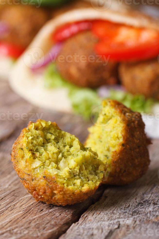 macro di falafel sullo sfondo del pane pita verticale foto