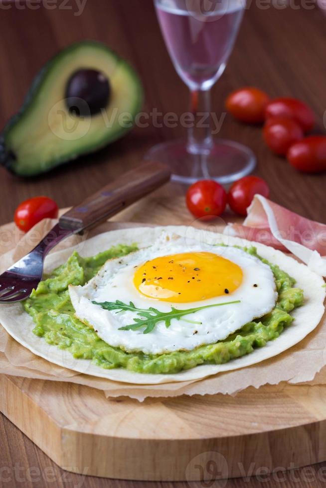 colazione con uovo fritto e salsa di avocado alla griglia foto