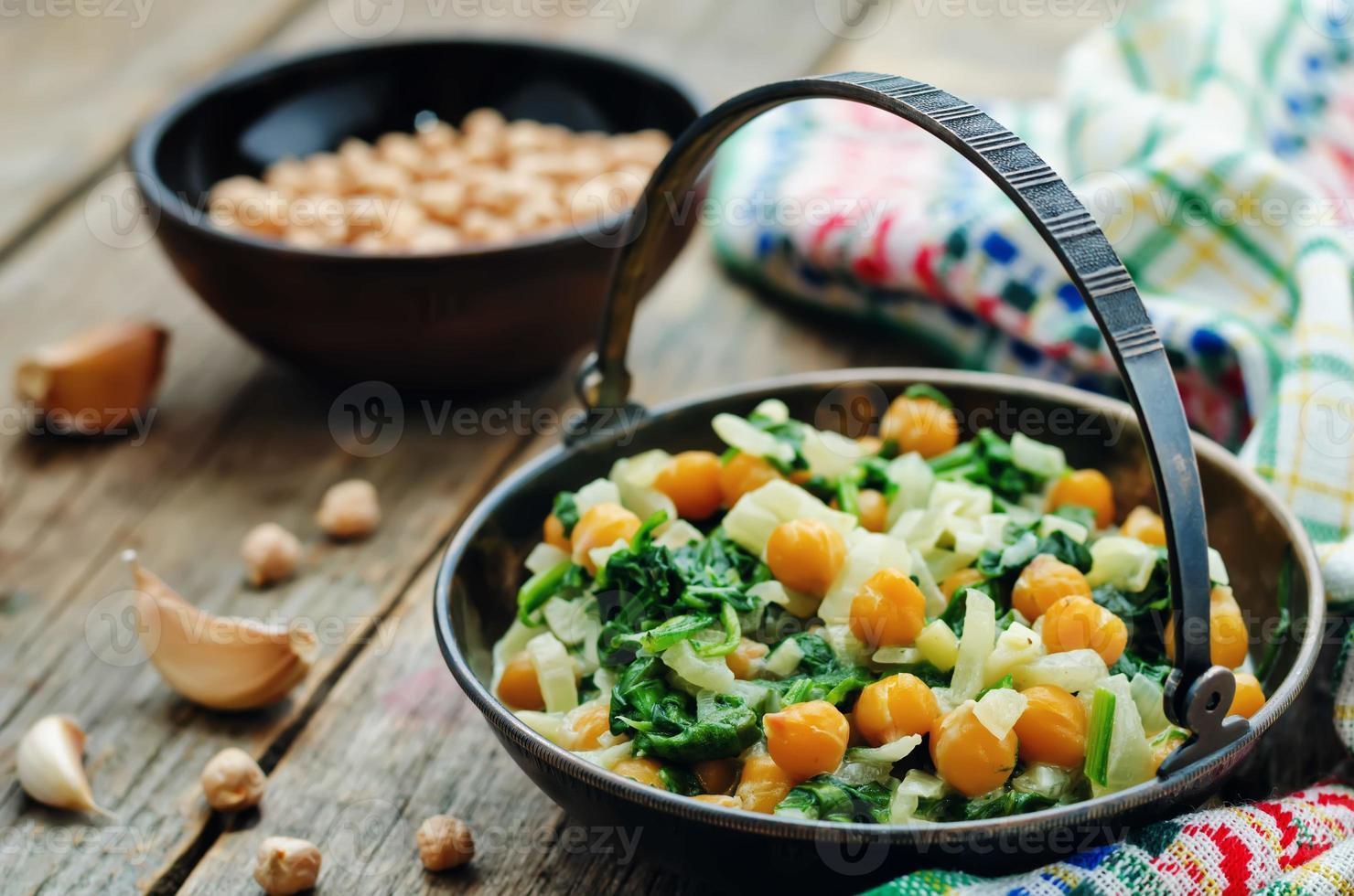 ceci e curry di spinaci foto