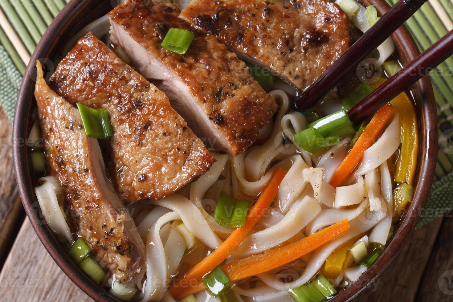 zuppa con anatra e tagliatelle di riso macro. orizzontale, vista dall'alto foto