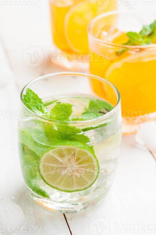 cocktail di mojito e succhi freschi tropicali sulla tavola di legno foto
