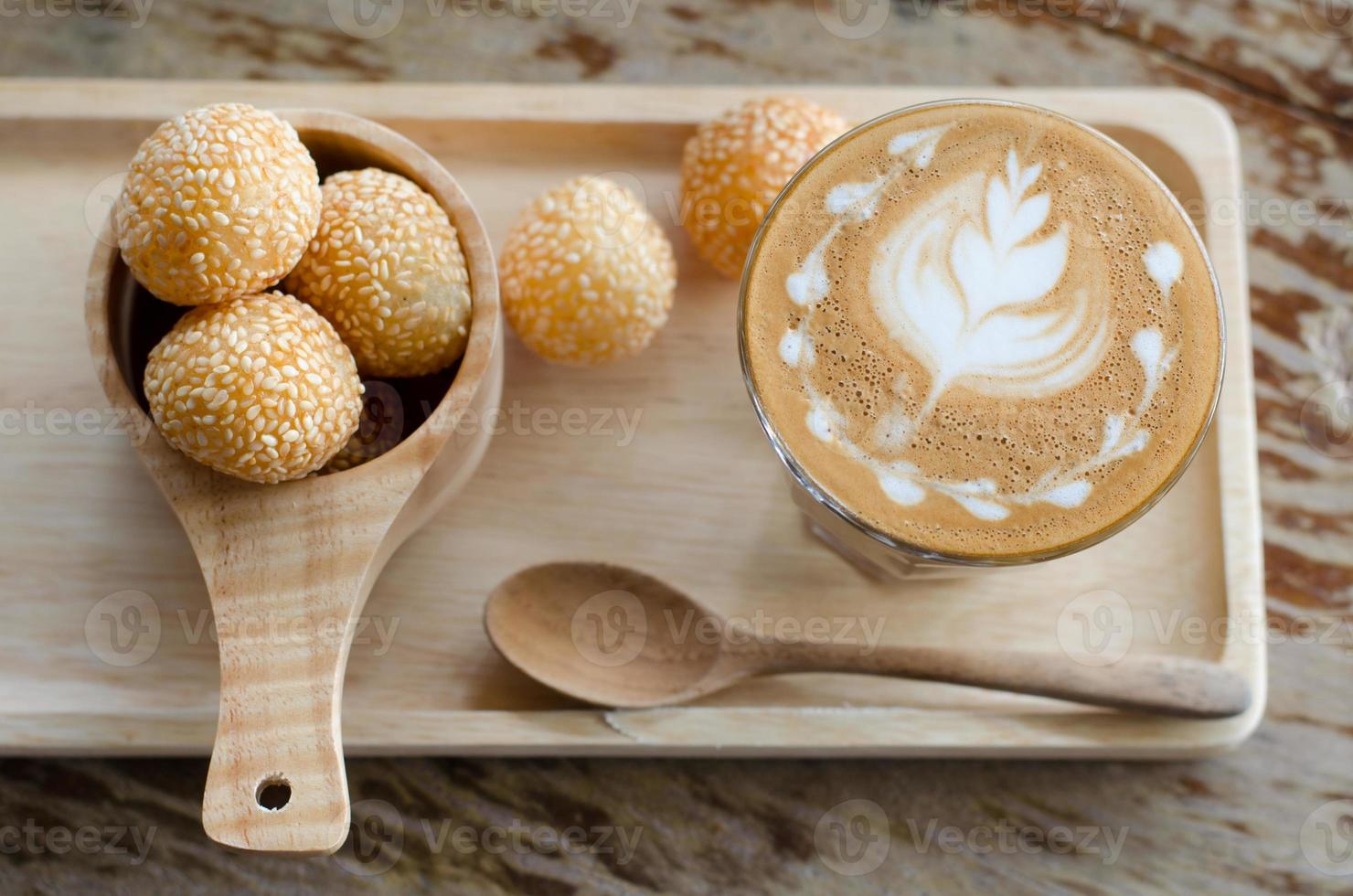 cigno di latte art caffè e caramelle foto
