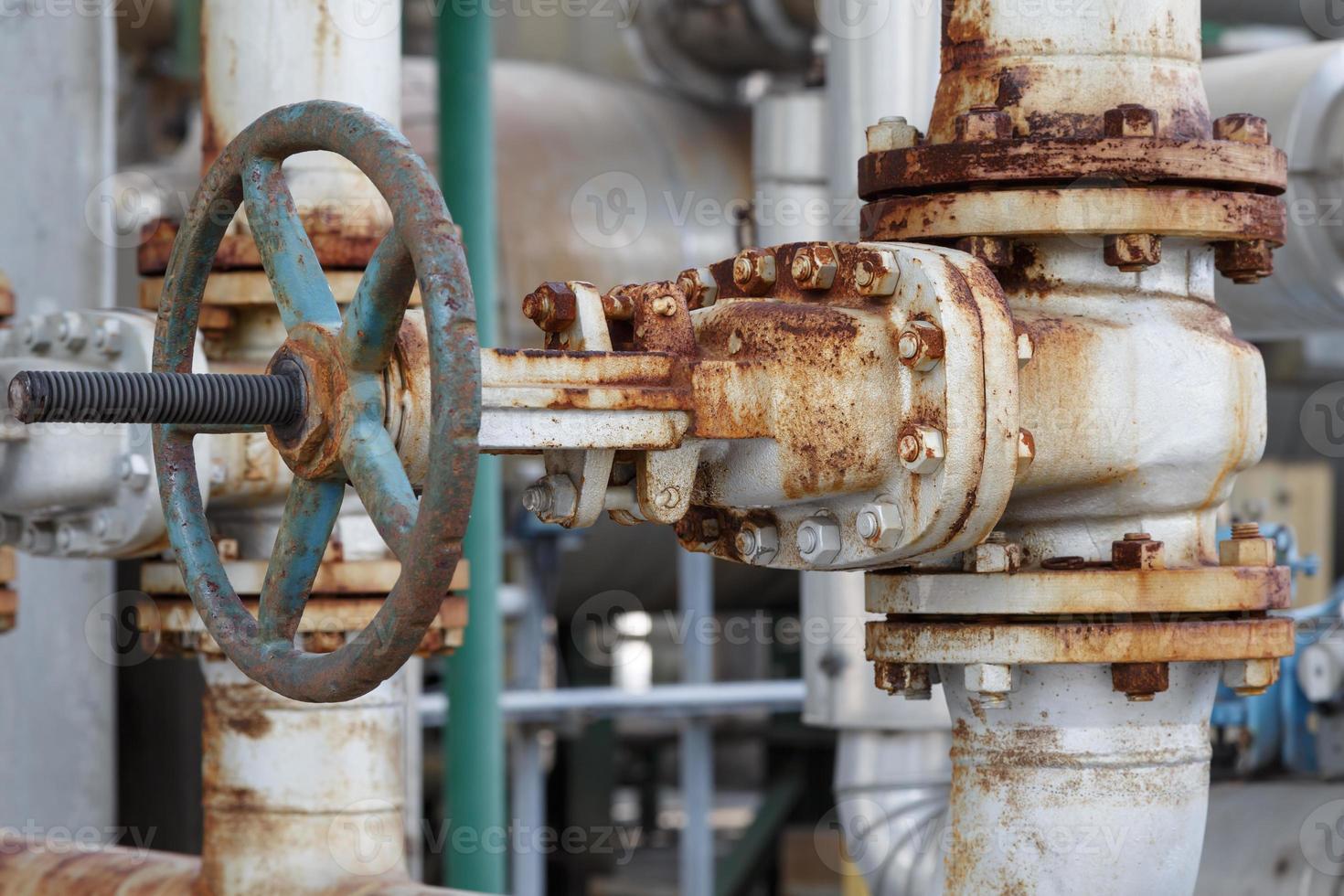 vecchia valvola a saracinesca in impianto petrolchimico foto