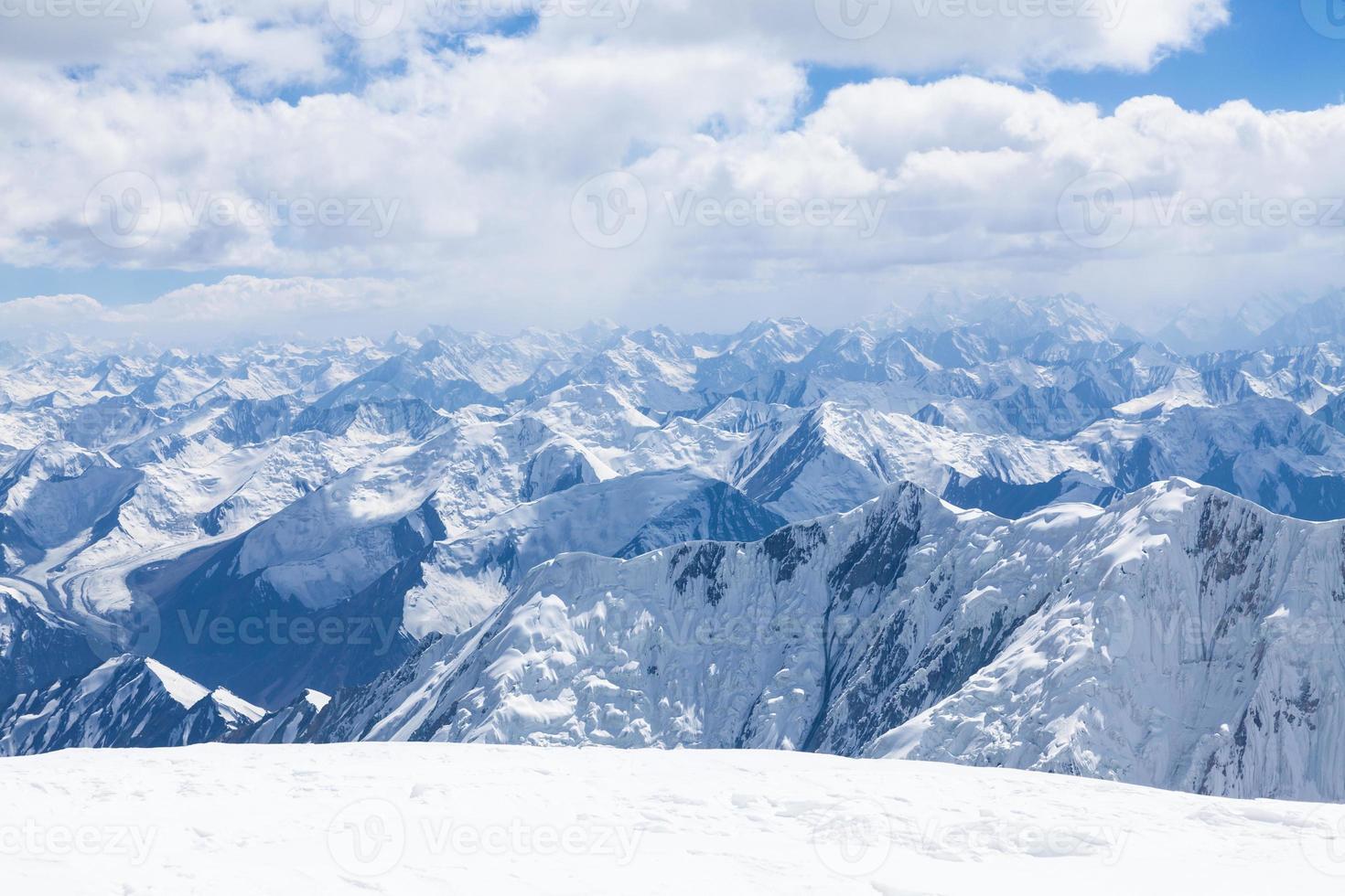 Mountain View dalla cima del picco di Lenin in Pamir foto