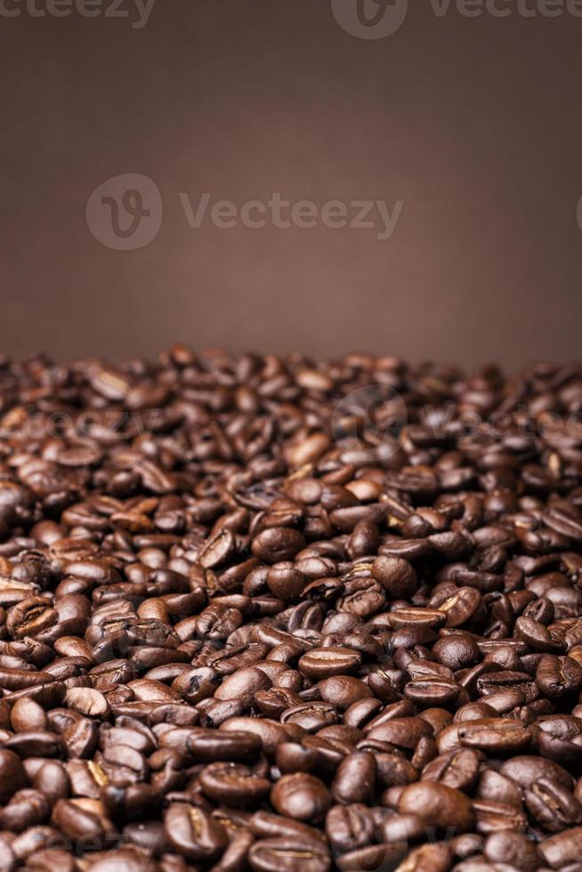 chicchi di caffè su sfondo marrone foto