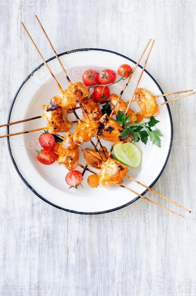 pollo alla griglia su bastoncini con salsa tikka masala foto