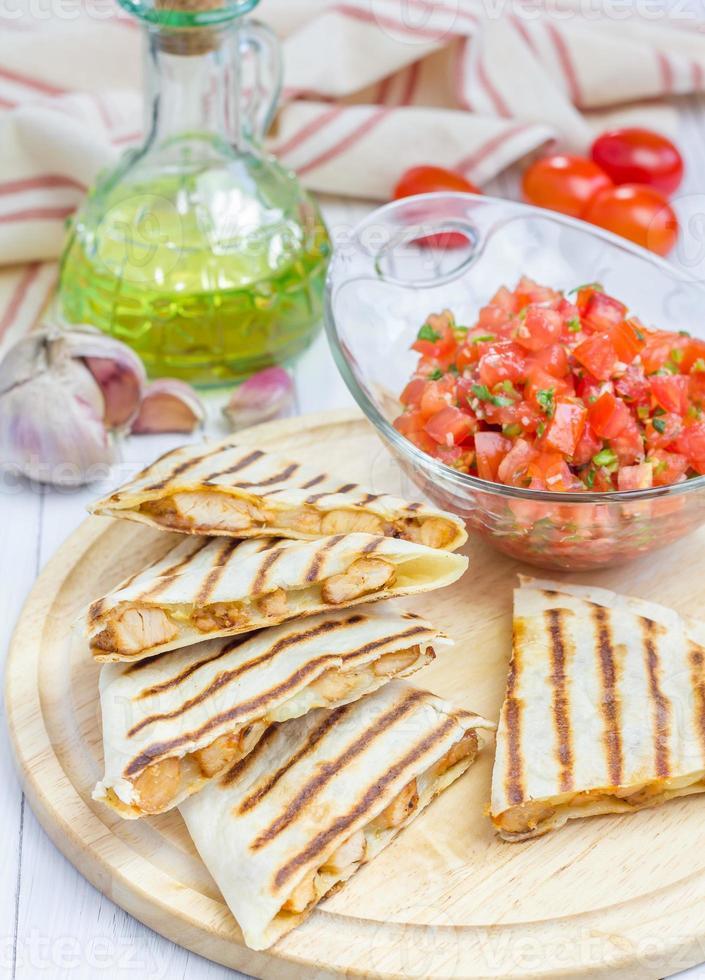 quesadilla di pollo e formaggio fatta in casa con salsa foto