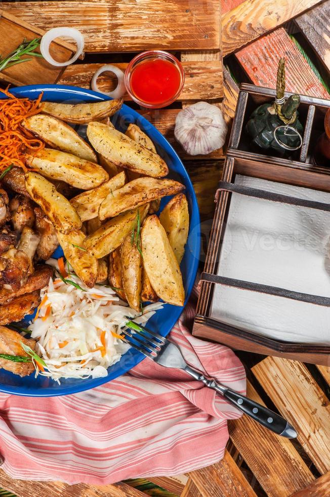 piatto grande con ali di pollo fritto foto