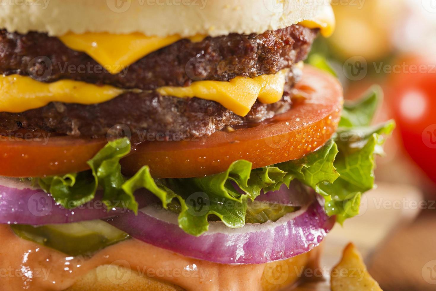 hamburger di formaggio di manzo con pomodoro lattuga foto