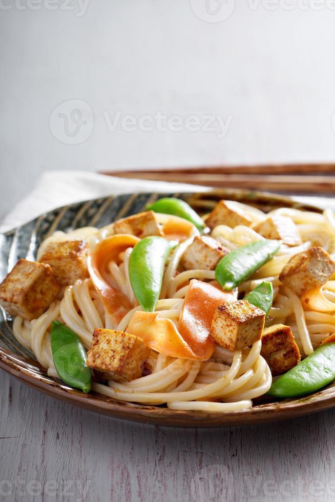 spaghetti di riso con tofu e carota foto