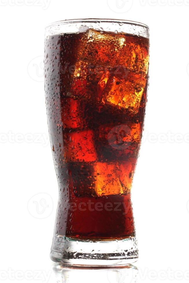 bicchiere di cola con ghiaccio isolato su bianco foto