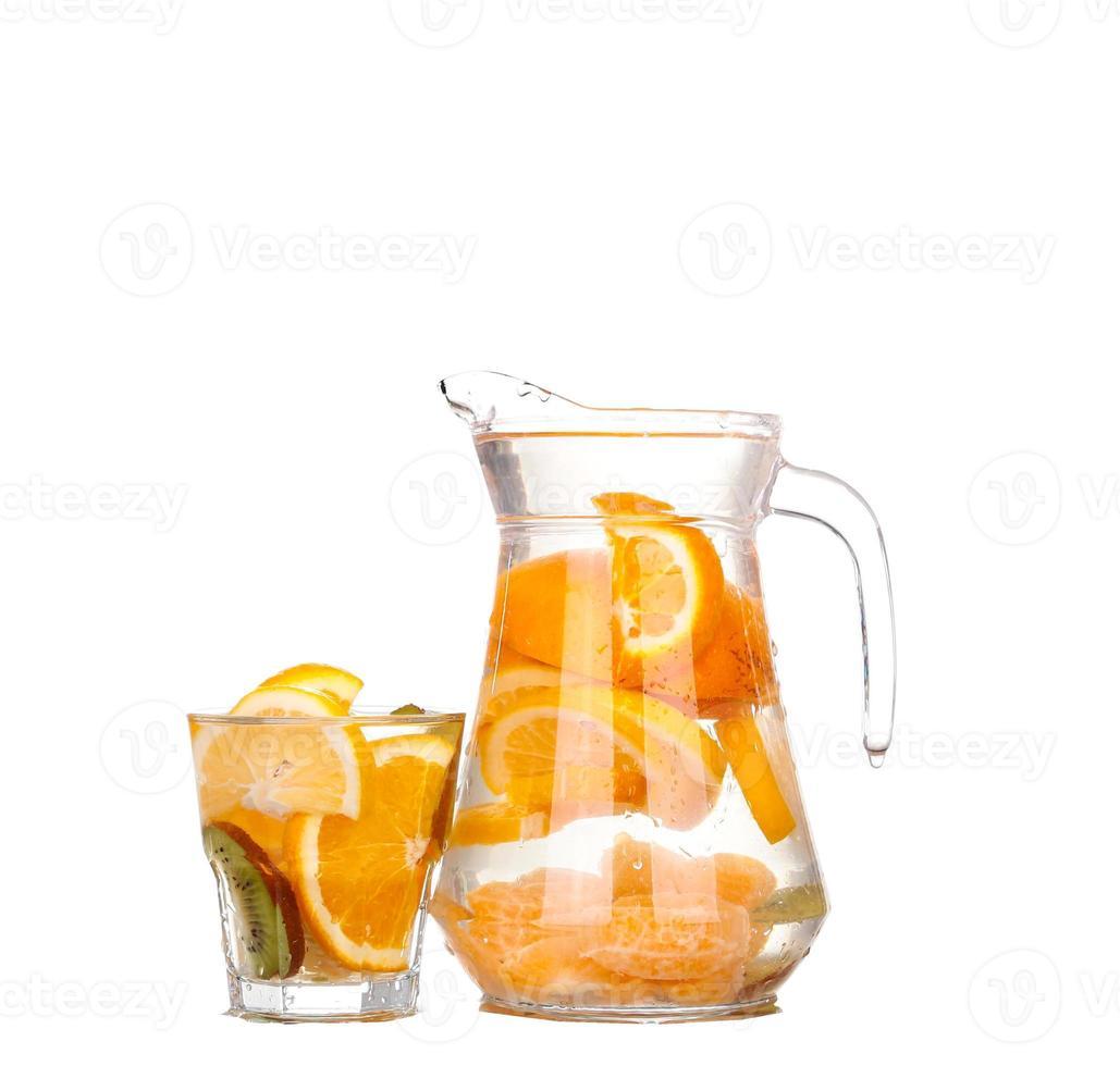 brocca con una bevanda rinfrescante con fettine di limone foto