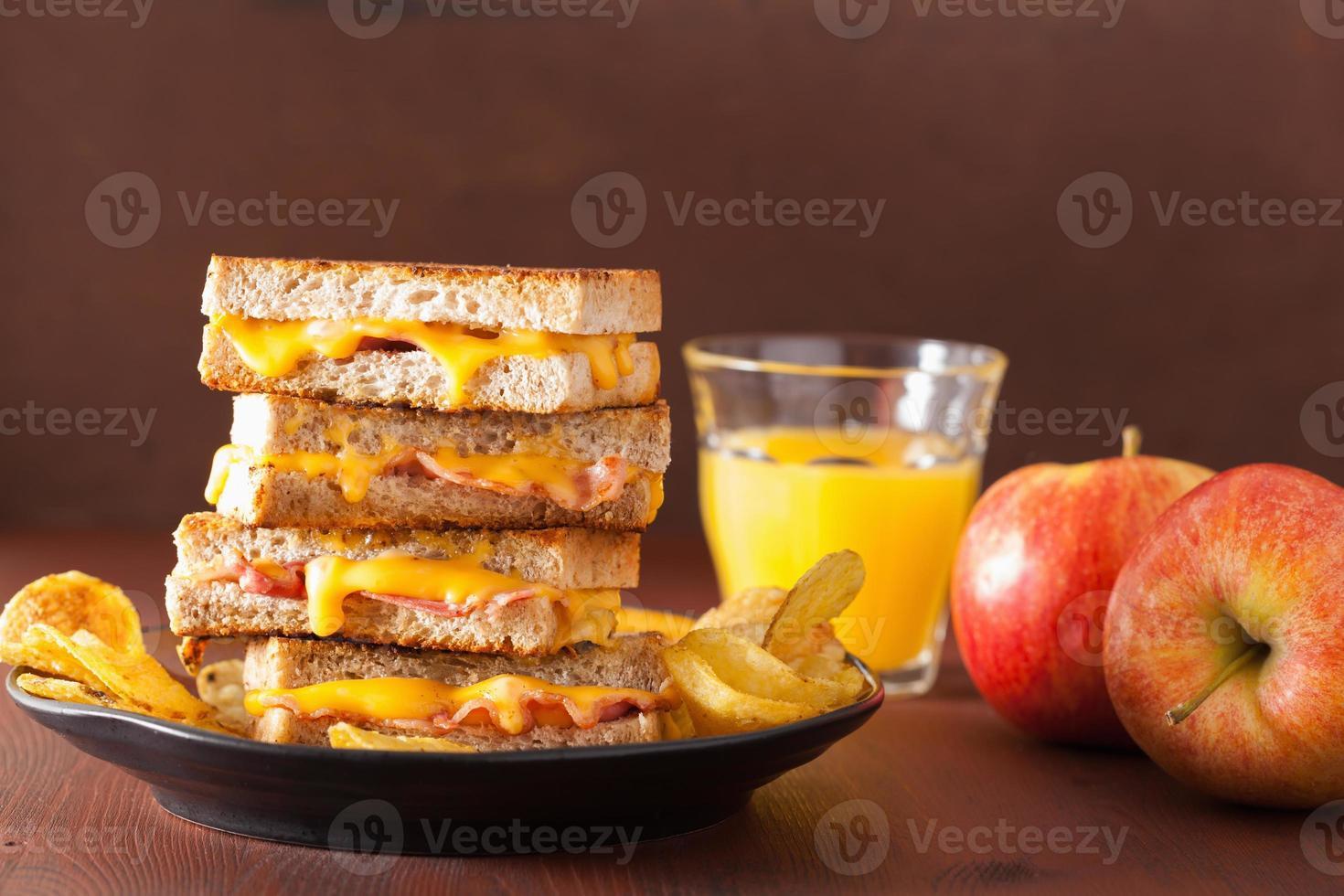 sandwich alla griglia con formaggio e pancetta foto