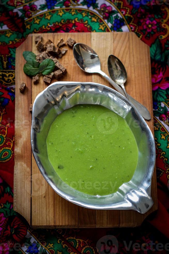 zuppa cremosa di piselli con pane integrale foto