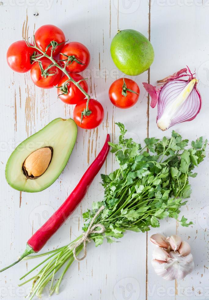 ingredienti guacamole - avocado, pomodori, cipolla, aglio, lime foto