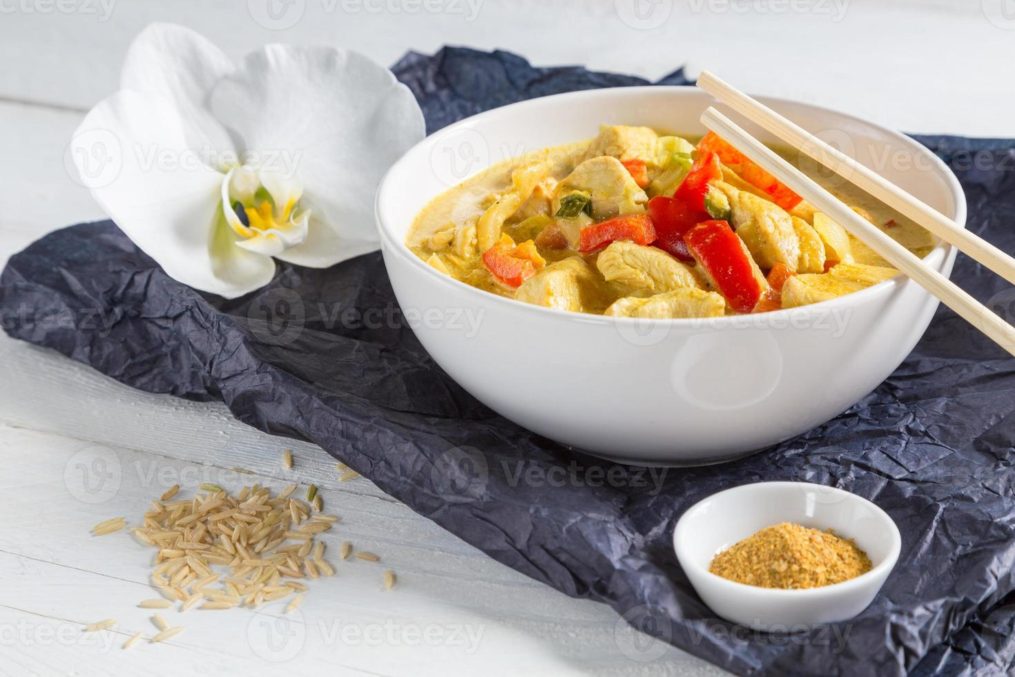 curry tailandese in una ciotola su legno foto