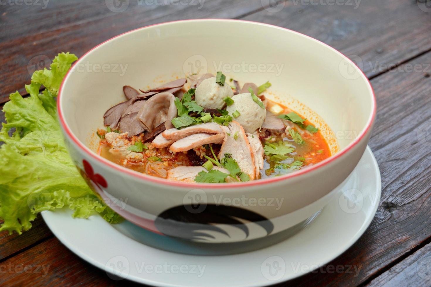 minestra di pasta tailandese del porco foto