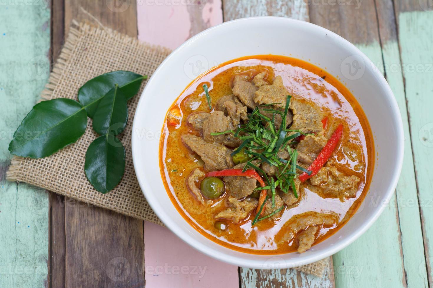 pasta di curry rossa saporita con carne di maiale foto