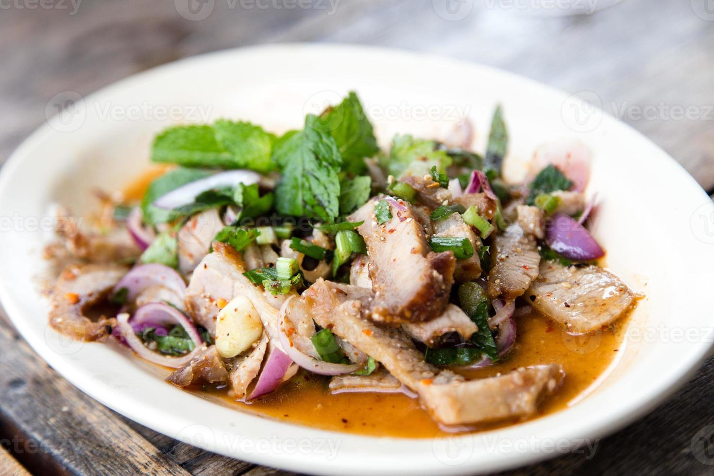 basilico di maiale tailandese foto