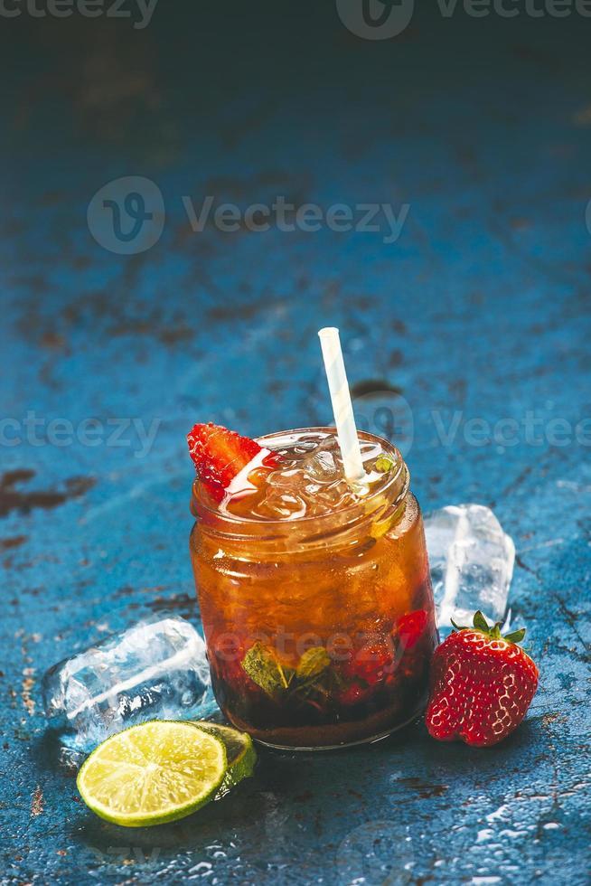 cocktail di mojitos alla fragola fresca. foto
