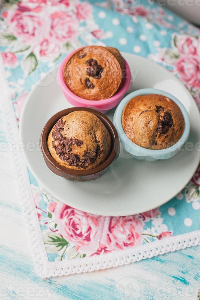 tre muffin al cioccolato appena sfornati foto