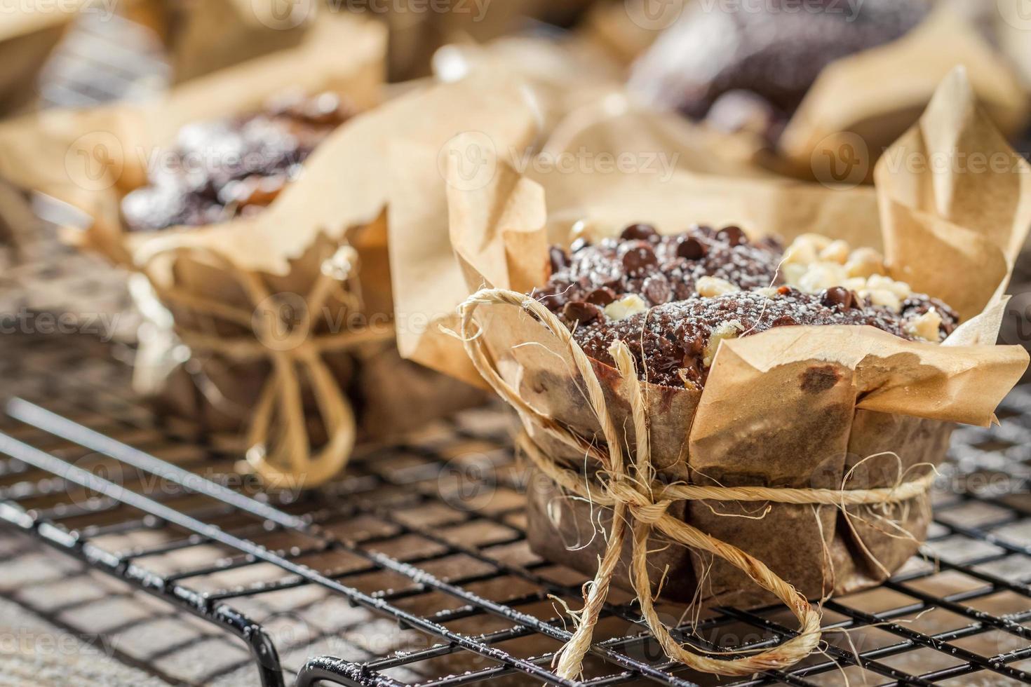 muffin alla vaniglia con zucchero a velo sulla griglia di raccolta foto