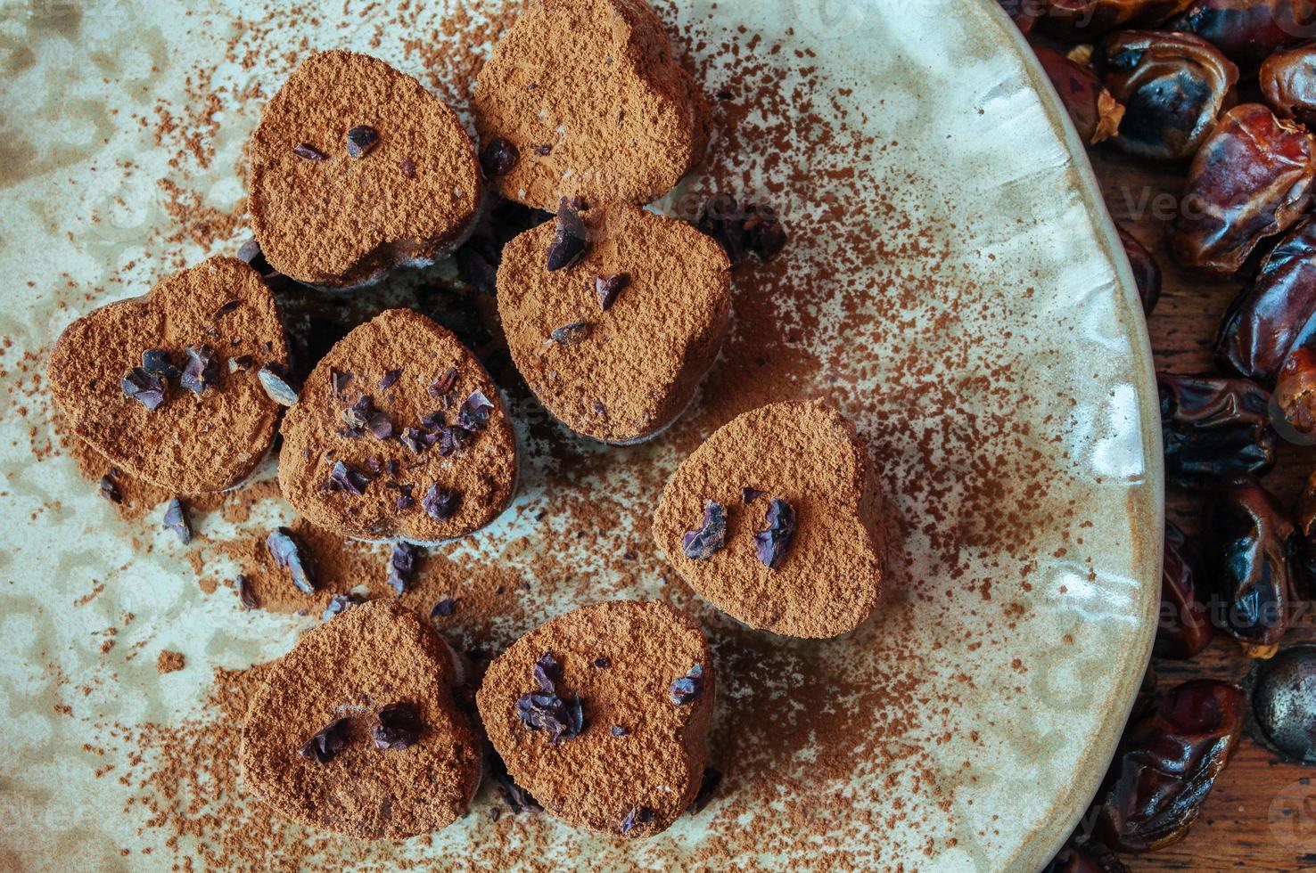 caramelle al cioccolato crudo sul piatto foto