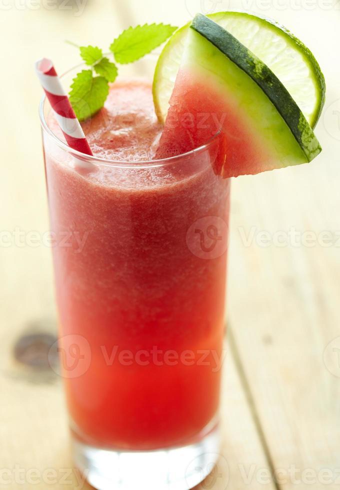 cocktail di anguria con lime, zenzero e menta foto