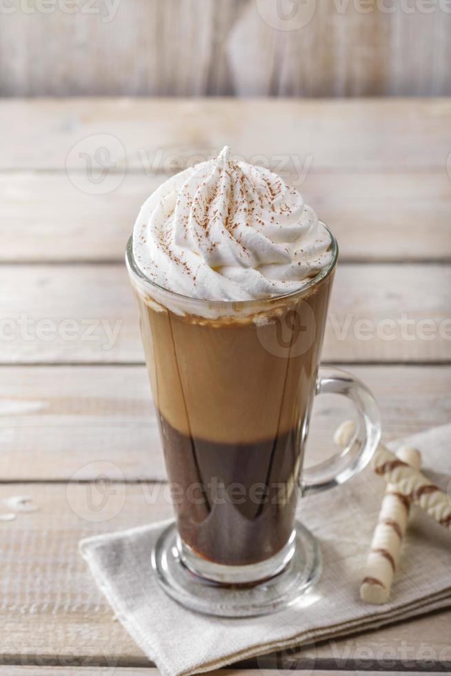 caffè ghiacciato con latte e gelato in un bicchiere foto
