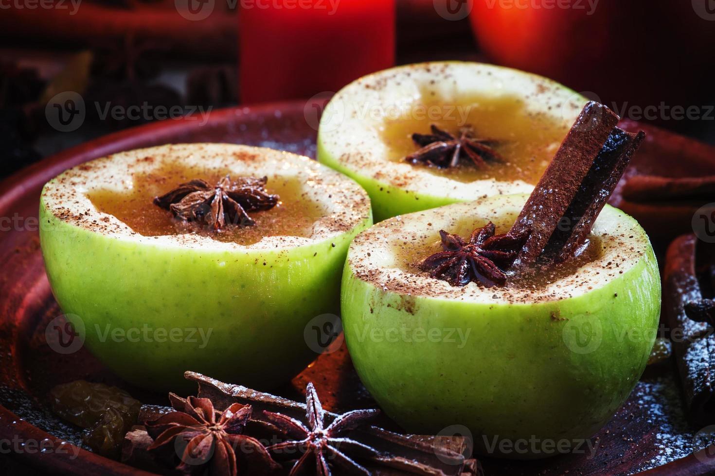 sidro di mele mele a metà con cannella e anice foto