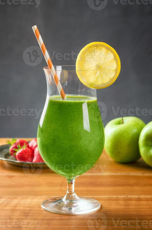 frullato verde in un bicchiere da cocktail foto