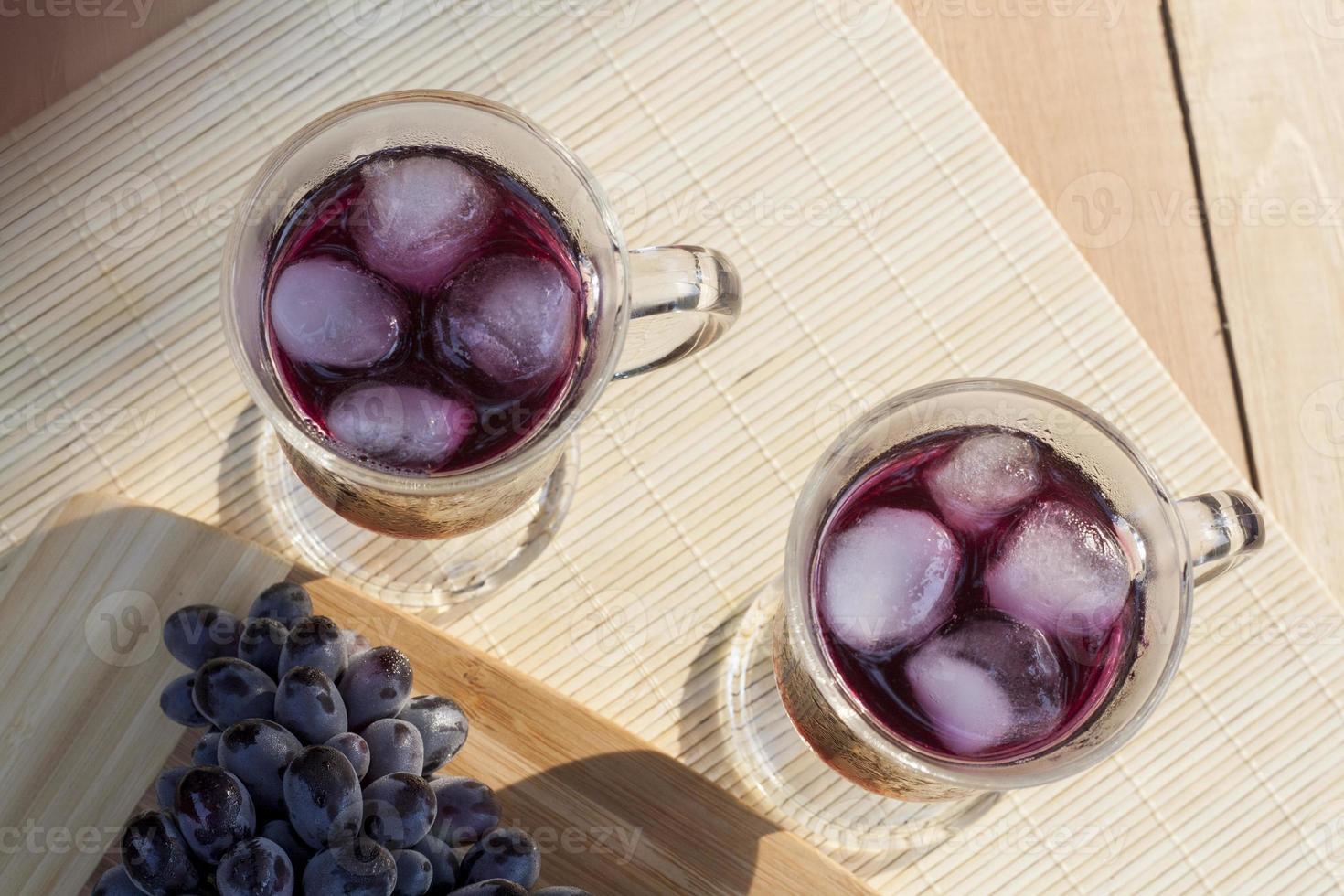 succo d'uva e uva blu fresca foto